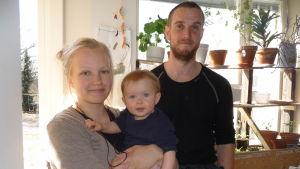 Vilma Määttänen och Per-Viktor Hjalmarsson i hyreslägenheten i Helsingfors. I Vilmas famn minstingen Laili, 8 månader