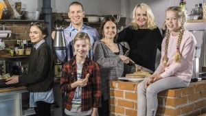 Radioteatteri: Kolme kotia.  Kuvassa: Minna (Marjut Maristo), Kari (Antti Holma), Tuomas (Milo Snellman), Riitta (Lotta Kaihua), Aino-mummi (Miitta Sorvali), Veera (Siiri Siivonen).