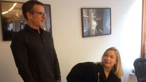 Hans Eriksson samtalar med en kvinnlig medarbetare på Bambusers kontor i Stockholm.