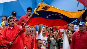 President Nicolás Maduro viftade med Venezuelas flagga på ett kampanjmöte 27.7.2017.