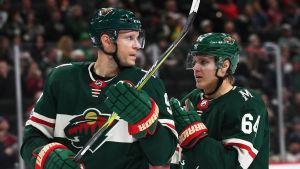 Mikko Koivu och Mikael Granlund smider planer i Montreal-matchen.