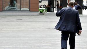 Sannfinländarnas avgående ordförande Timo Soini lämnar Sannfinländarnas partimöte i Jyväskylä 10 juni.