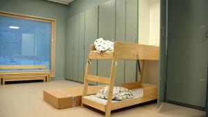 Sovrum på daghem med utdragbar våningssäng.