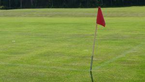 Röd flagga på fotbollsplan.