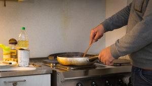 Asiakas valmistaa ruokaa Helsingin Diakonissalaitoksen päiväkeskuksessa
