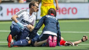 En skadad idrottare får vård.