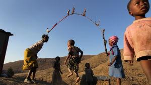 Barn hoppar hopprep i Lesotho