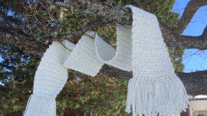 virkattu kaulaliina puussa