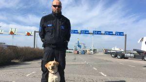 Tomas Eriksson tillsammans med hunden Pada.