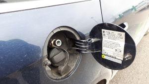 Hybridbil som kan tanka biogas eller vanlig bensin.