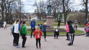 Dansare från Konstfabrikens dansskola dansar i Runebergsparken i Borgå
