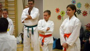 Tvillingarna William och Elisabeth Sjöström följer med en karateträning.