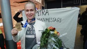 Petra Olli blev hyllad då hon återvände hem till Finland efter bärgat VM-guld.