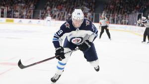 Patrik Laine under match med fokus i blicken.