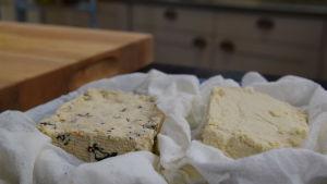 Tofu på en tallrik i ett kök