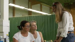 Nina Hukkinen, Milka Ahlroth tillsammans med regissören Pia Andell under inspelningen av Matchen.