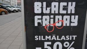 En reklamskylt för evenemanget black friday, 50% rabatt på glasögon.