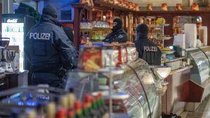 Tysk polis genomförde en räd i ett glasscafé i Duisburg på ondagen i samband med tillslaget mot misstänkta maffiamedlemmar.