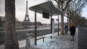 En vandaliserad busshållplats i Paris söndagen den 9.12.