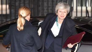 Theresa May återvänder till 10 Downing Street.