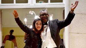 Denis Mukwege och Nadia Murad vinkar från Nobelsviten vid Grand Hotel i Oslo 10.12.2018.