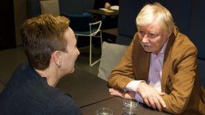 Paula Salovaara diskuterar med Erkki Tuomioja i radioprogrammet Paula möter.