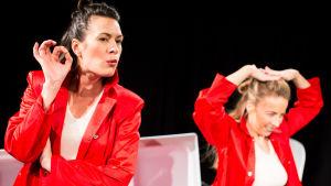 """Bild från Unga Scenkompaniets pjäs """"Alla får vara"""". På scen Annika Åman och Alexandra Mangs."""