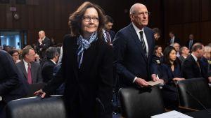 Gina Haspel och Dan Coats står inför senatsutskott.