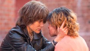 Erin Bell (Nicole Kidman) håller om huvudet på Petra (Tatiana Maslany) och ser henne i ögonen.