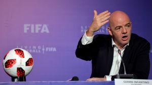 Gianni Infantino talar på Fifas stormöte i Marocko i januari.