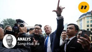 Två imitatörer utklädda till Donald Trump och Kim Jong-un.
