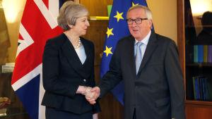 Theresa May och Jean-Claude Juncker skakar hand i Strasbourg.