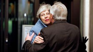 EU-kommissionens ordförande Jean-Claude Juncker välkomnade premiärminister Theresa May i Strasbourg på måndag kväll.