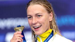 Sarah Sjöström visar upp en guldmedalj