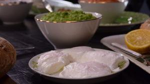 Vedessä uppopaistettuja munia lautasella keittiössä