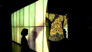 Kvinna i en utställningssal på The Met.