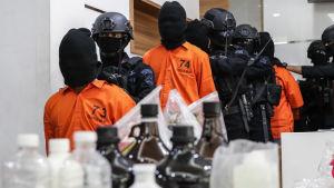 Polisen grep i fredags tiotals misstänkta terrorister som sägs ha planerat bombdåd på grund av valresultatet