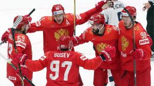 Ryska ishockeylandslaget firar ett mål.