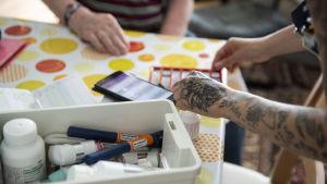 Lähihoitaja Nicole Fagerberg jakaa lääkkeet kotihoidon asiakkaalle kesällä 2019