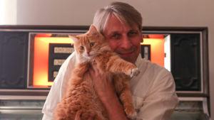 Kjell Ekholm med sin katt Lilly.
