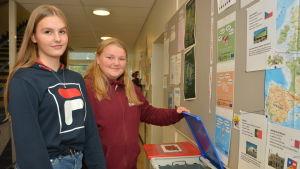 Béa Keto och Fanny Määttä vid Källhagens skolas sortering av avfall.