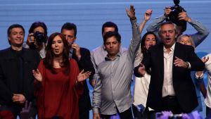 Vicepresidenten Cristina Fernandez de Kirchner till vänster i röd klänning. Argentinas nye president Alberton Fernández till höger i svart kavaj.
