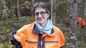Anne Manner lär kvinnor hugga skog.