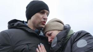 Ivan Katisjevs mamma Ljudmila kramade om honom då han äntligen frigivits.