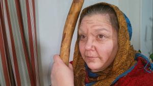 kvinna utklädd till gammal medeltida karaktär