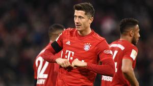 Bayern Münchenin maalintekijä Robert Lewandowski juhlii voittomaaliaan.
