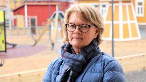 Åsa Sandgärds, rektor i Kristinestads skola, står ute på gården vid lekplatsen som är folktom som bäst