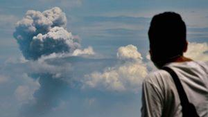 En man tittar på askmolnet från vulkanen Anak Krakatau på ön med samma namn. Bilden är tagen från Serang, öster om Jakarta på lördagen.