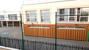 Skolorna är tomma på grund av karantänen i Frankrike. Efter den 11 maj ska de börja få öppna igen. Men föräldrarna ska ändå få välja om de vill skicka sina barn till skolan. Skolgången blir alltså inte obligatorisk innan sommaren.