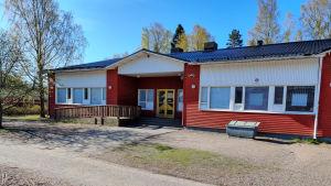 En röd skolbyggnad.